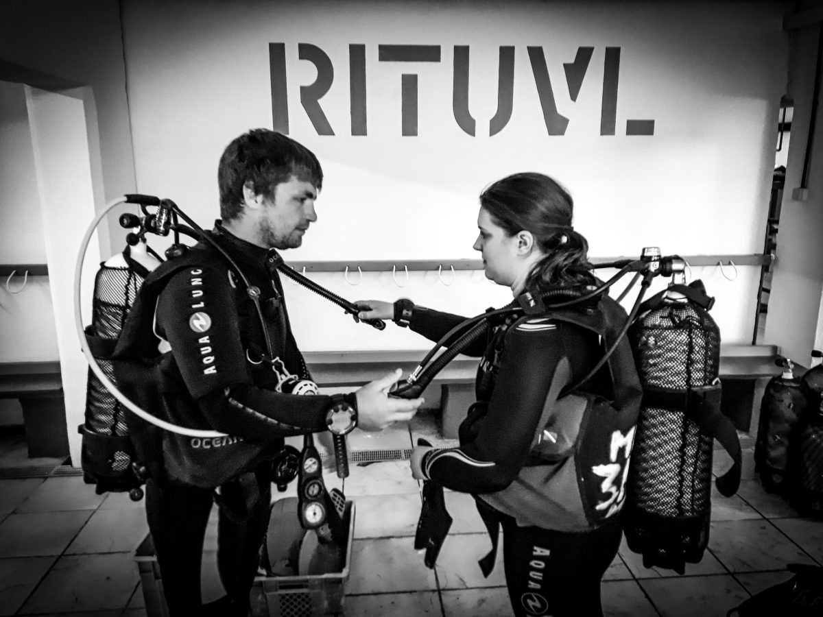 Setting up diving equipment